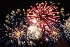 Os fogos-de-artifício iluminam acima o céu Fotografia de Stock Royalty Free