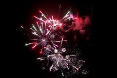 Os fogos-de-artifício iluminam acima o céu com brilho de display1 Imagens de Stock