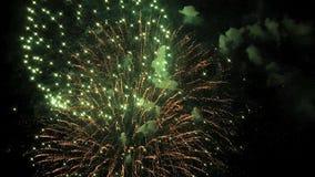Os fogos-de-artifício iluminam acima o céu com exposição do brilho