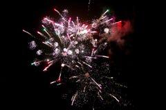 Os fogos-de-artifício iluminam acima o céu com exposição do brilho Imagem de Stock