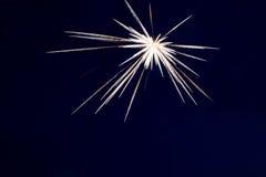 Os fogos-de-artifício iluminam acima o céu com exposição do brilho Foto de Stock Royalty Free