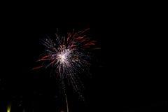 Os fogos-de-artifício iluminam acima o céu com exposição do brilho Fotografia de Stock