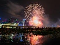 Os fogos-de-artifício indicam durante a estreia 2014 da parada do dia nacional (NDP) o 2 de agosto de 2014 Fotos de Stock