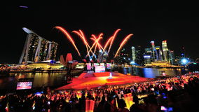 Os fogos-de-artifício indicam durante o ensaio 2013 da parada do dia nacional (NDP) Imagem de Stock
