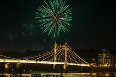 Os fogos-de-artifício indicam em Londres, Reino Unido Fotos de Stock