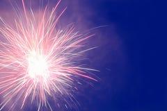 Os fogos-de-artifício indicam no céu noturno imagem de stock