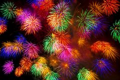 Os fogos-de-artifício indicam no fundo escuro do céu Imagem de Stock Royalty Free