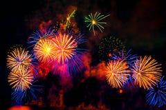Os fogos-de-artifício indicam no fundo escuro do céu fotos de stock