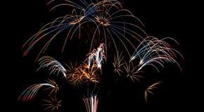 Os fogos-de-artifício indicam no fundo escuro do céu Imagem de Stock