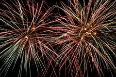 Os fogos-de-artifício indicam no fundo escuro do céu Fotos de Stock Royalty Free
