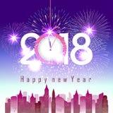 Os fogos-de-artifício indicam pelo ano novo feliz 2018 acima da cidade com pulso de disparo Fotos de Stock Royalty Free