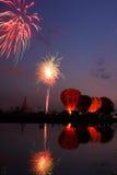Os fogos-de-artifício mostram na noite no balão internacional Festiv Fotografia de Stock