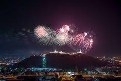 Os fogos-de-artifício mostram sobre o parque histórico de Khao wang, Petchaburi, thail Fotos de Stock