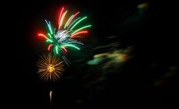 Os fogos-de-artifício roxos da celebração do vermelho azul do gree bonito encontraram o lado esquerdo sobre o céu noturno, Dia da Imagens de Stock