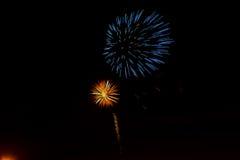 Os fogos-de-artifício roxos da celebração do vermelho azul do gree bonito encontraram o lado esquerdo sobre o céu noturno, Dia da Fotografia de Stock