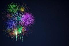 Os fogos-de-artifício roxos do vermelho azul do gree bonito copiam o espaço Fotos de Stock
