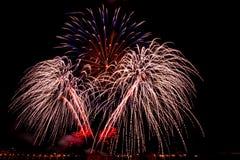 Os fogos-de-artifício sobre a cidade comemoram no festival feliz Fotografia de Stock