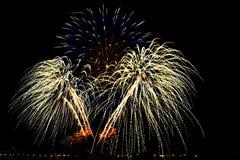Os fogos-de-artifício sobre a cidade comemoram no festival feliz Fotos de Stock