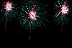 Os fogos-de-artifício sobre a cidade comemoram no festival feliz Fotografia de Stock Royalty Free