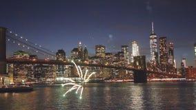 Os fogos de artifício sobre manhattan do centro New York City dos fogos de artifício e cidade estrelado do céu borraram luzes vídeos de arquivo