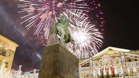 Os fogos-de-artifício sobre o centro da cidade de Moscou em Tverskaya esquadram Yury Dolgoruky Monument, Rússia video estoque