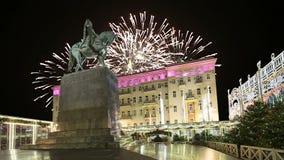 Os fogos-de-artifício sobre o centro da cidade de Moscou em Tverskaya esquadram Yury Dolgoruky Monument, Rússia vídeos de arquivo