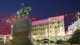 Os fogos-de-artifício sobre o centro da cidade de Moscou em Tverskaya esquadram Yury Dolgoruky Monument, Rússia com zumbido vídeos de arquivo