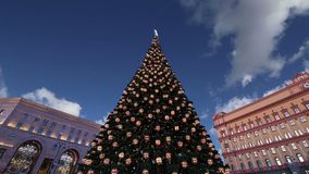 Os fogos-de-artifício sobre o Lubyanskaya Lubyanka esquadram na noite, Moscou, Rússia filme