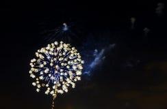 Os fogos-de-artifício verdes roxos azuis surpreendentes da celebração encontraram o lado direito sobre o céu noturno, Dia da Inde Fotografia de Stock Royalty Free