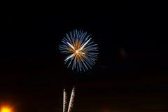 Os fogos-de-artifício verdes roxos azuis surpreendentes da celebração encontraram o lado direito sobre o céu noturno, Dia da Inde Fotos de Stock Royalty Free