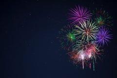 Os fogos-de-artifício verdes vermelhos lilás roxos da celebração copiam o espaço Foto de Stock Royalty Free