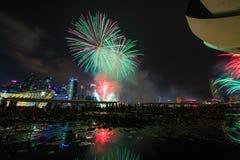 Os fogos-de-artifício indicam durante a estreia 2014 da parada do dia nacional (NDP) Imagem de Stock