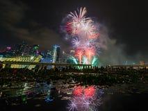 Os fogos-de-artifício indicam durante a estreia 2014 da parada do dia nacional (NDP) Fotografia de Stock Royalty Free