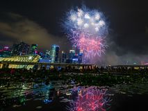 Os fogos-de-artifício indicam durante a estreia 2014 da parada do dia nacional (NDP) o 2 de agosto de 2014 Imagens de Stock