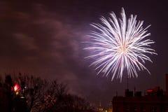 Os fogos-de-artifício indicam na véspera de anos novos Fotos de Stock