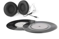 Os fones de ouvido arranjaram sobre uns 45 RPM velhos - imagem conservada em estoque Fotografia de Stock