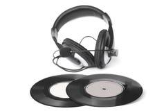 Os fones de ouvido arranjaram sobre uns 45 RPM velhos - imagem conservada em estoque Fotos de Stock