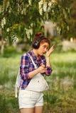 Os fones de ouvido do moderno das meninas corrigem a composição Fotos de Stock Royalty Free