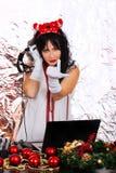 Os fones de ouvido do traje de Santa do ano novo da mulher do DJ prateiam a paridade do fundo foto de stock