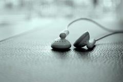 Os fones de ouvido fecham-se acima da vista Fotos de Stock Royalty Free
