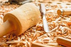 Os formões colocaram em aparas de madeira na mesa imagens de stock