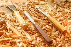 Os formões colocaram em aparas de madeira na mesa foto de stock royalty free