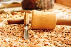Os formões colocaram em aparas de madeira na mesa fotografia de stock