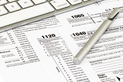 Os formulários de imposto com dinheiro e a pena Conceito do dia do imposto foto de stock royalty free
