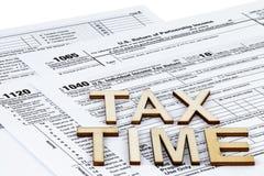 Os formulários de imposto 1040,1120,1065 Conceito do dia do imposto fotos de stock