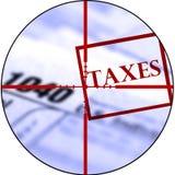 Os formulários de imposto com Crosshairs destroem impostos Foto de Stock Royalty Free