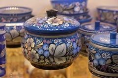 Os frascos de madeira pintaram no azul do Russo-estilo foto de stock royalty free