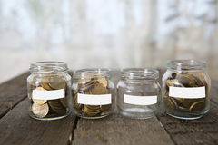 Os frascos de vidro com dinheiro inventam o rublo e a etiqueta vazia Foto de Stock Royalty Free