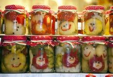 Os frascos engraçados de vegetais conservados na cidade introduzem no mercado Budapes Hungria imagem de stock royalty free