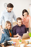 Os freelancers novos alegres estão usando um computador Fotos de Stock